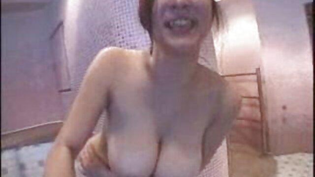 レズビアンのブロンドの奴隷は、支配的で無慈悲なマダムの前にシャワーを浴びます。 官能 無料 動画 女性